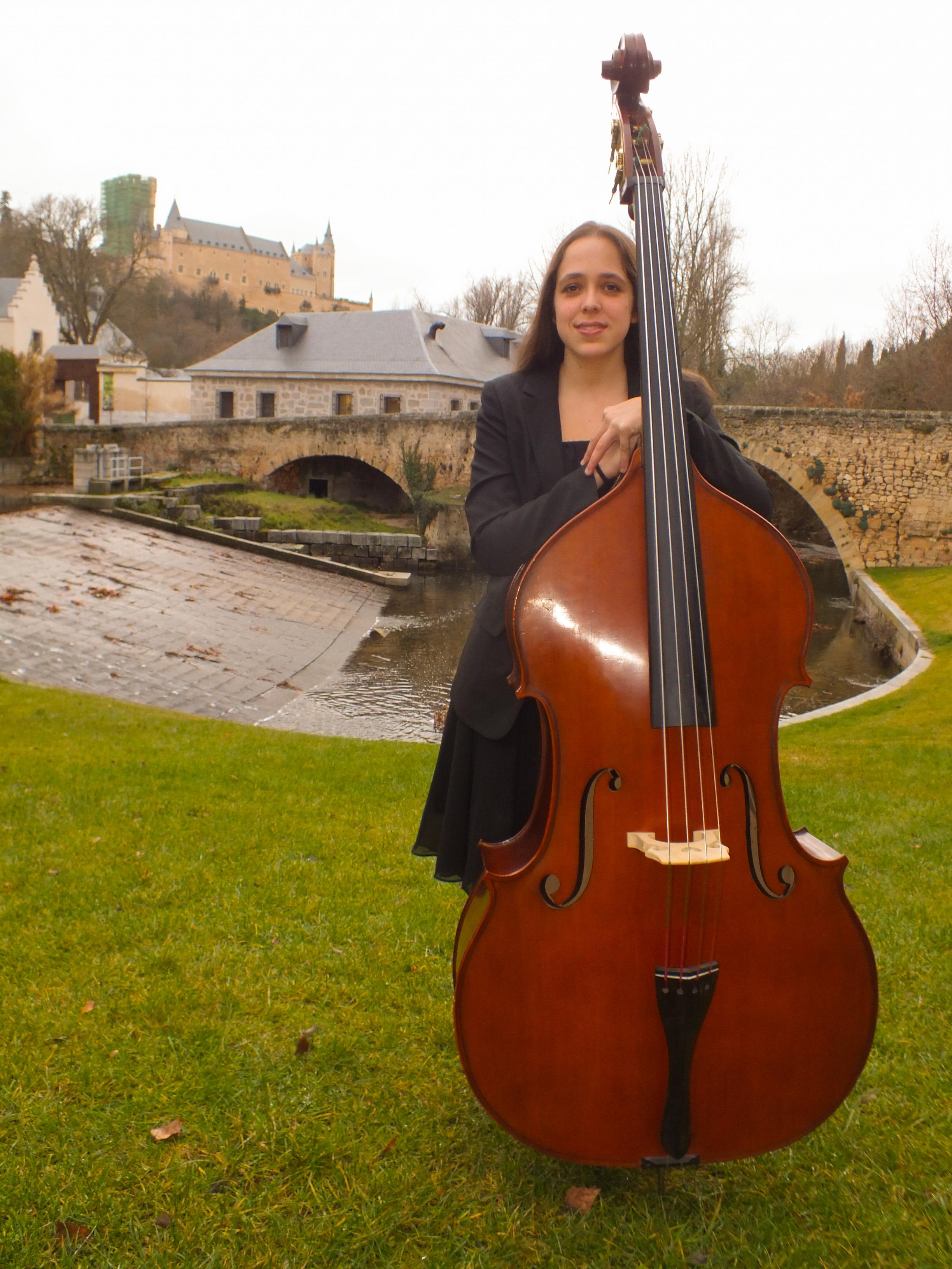 Música Tempus- Clara Pertierra, contrabajista